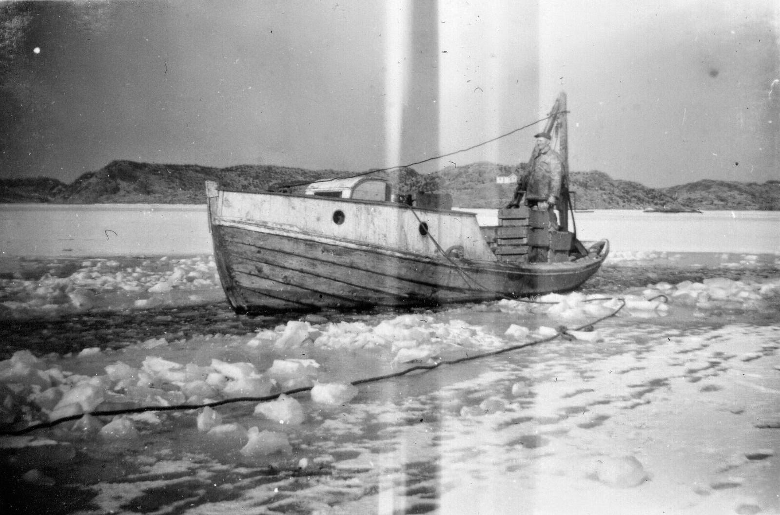 Bildet viser Olaf Vikshåland i båten som ble brukt til å ta opp gutte som ble levert til revmatismesykehuset i Haugesund.